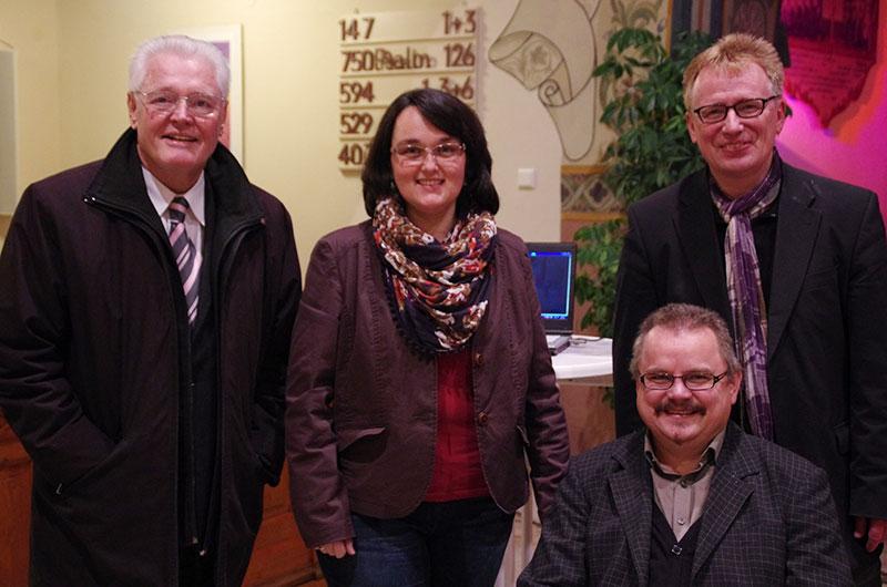 Ulrich Parzany (links) mit den Kandidaten der Lebendigen Gemeinde